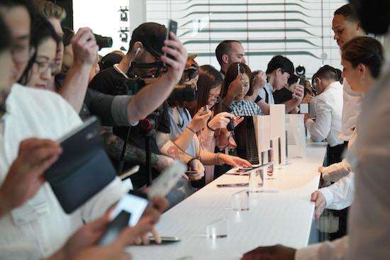 """삼성 애플 LG """"대화면으론 부족, '+a 전략' 가동"""""""